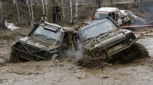 Первоуральские автомобилисты тонули в грязи и застревали под Ревдой. Они участвовали в гонках по бездорожью