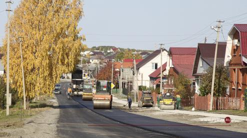 На улице III Интернационала в Первоуральске завершают укладку новый асфальта