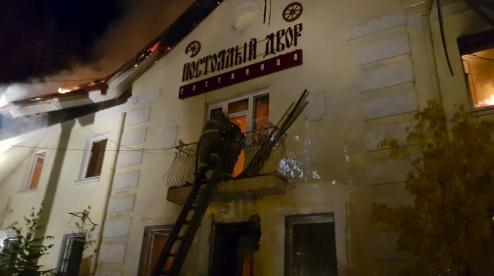 В Первоуральске сгорела гостиница. Видео