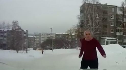 В Пероуральске голый мужчина кидался на прохожих. Видео