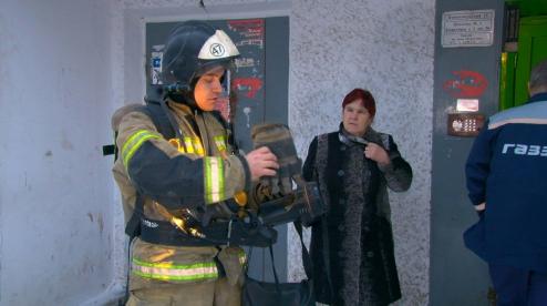 В Первоуральске в многоэтажном жилом доме искали очаг возгорания