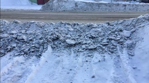В Первоуральске жители жалуются на уборку снега