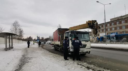 В Первоуральске на пешеходном переходе у здания ГИБДД грузовик насмерть сбил женщину