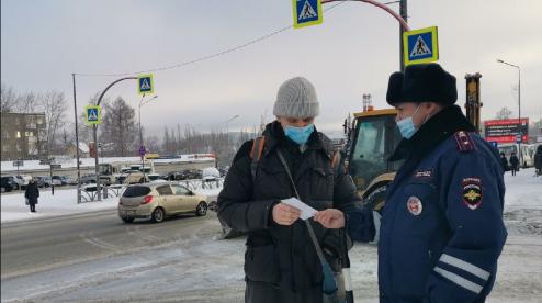 Сотрудники ГИБДД Первоуральска проводят с пешеходами разъяснительные беседы