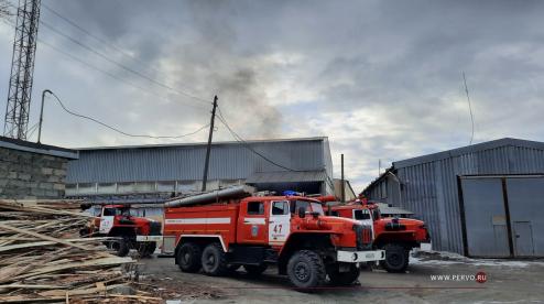 Утром в Первоуральске произошло возгорание на производственной базе