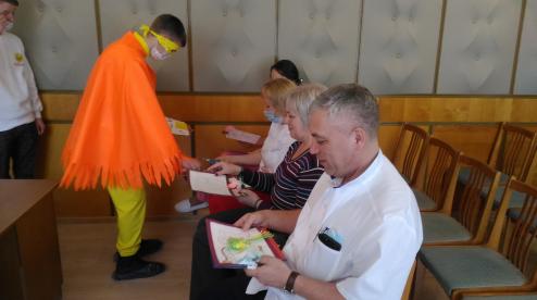 В Первоуральске волонтеры передали медикам рисунки и открытки