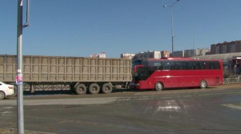 В Первоуральске пассажирский автобус въехал в грузовик