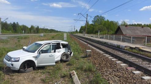 Под Первоуральском товарный поезд врезался в Land Rover