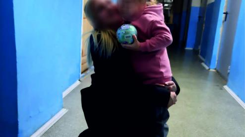 Судебные приставы передали ребенка, похищенного отцом, матери