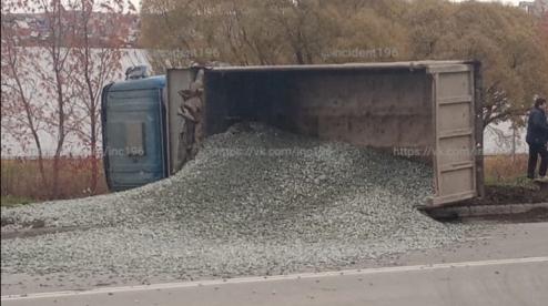 В Первоуральске на улице Ленина перевернулся грузовик