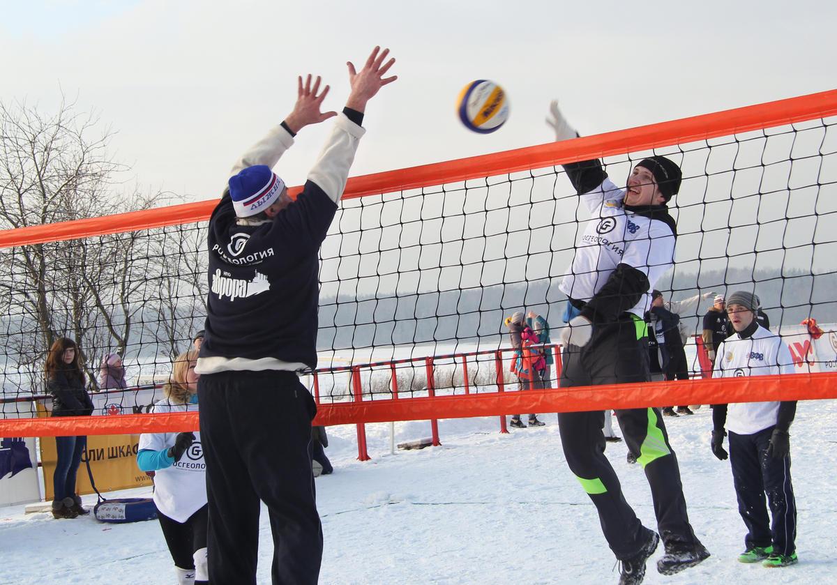 В Москве прошел первый официальный турнир по волейболу на снегу