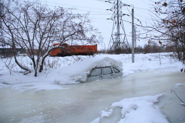 Две улицы в Первоуральске утонули в холодной воде и превратились в каток