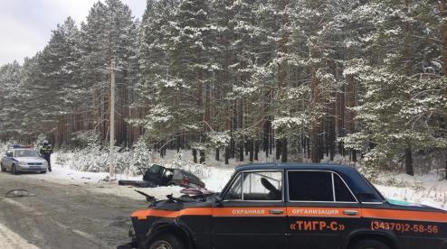 Под Первоуральском два автомобиля сошлись в лобовом столкновении