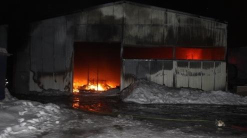 Ангар с тремя машинами сгорел в Первоуральске