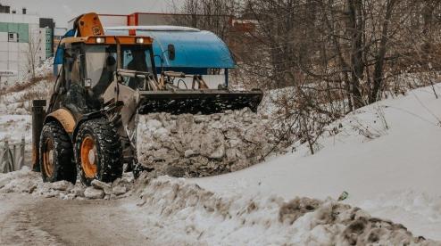 Коммунальщики Первоуральска чистят город от снежных завалов