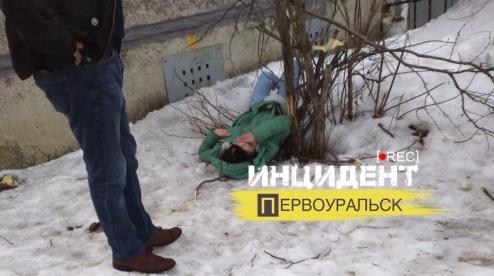 В Первоуральске с 6 этажа выпала девушка